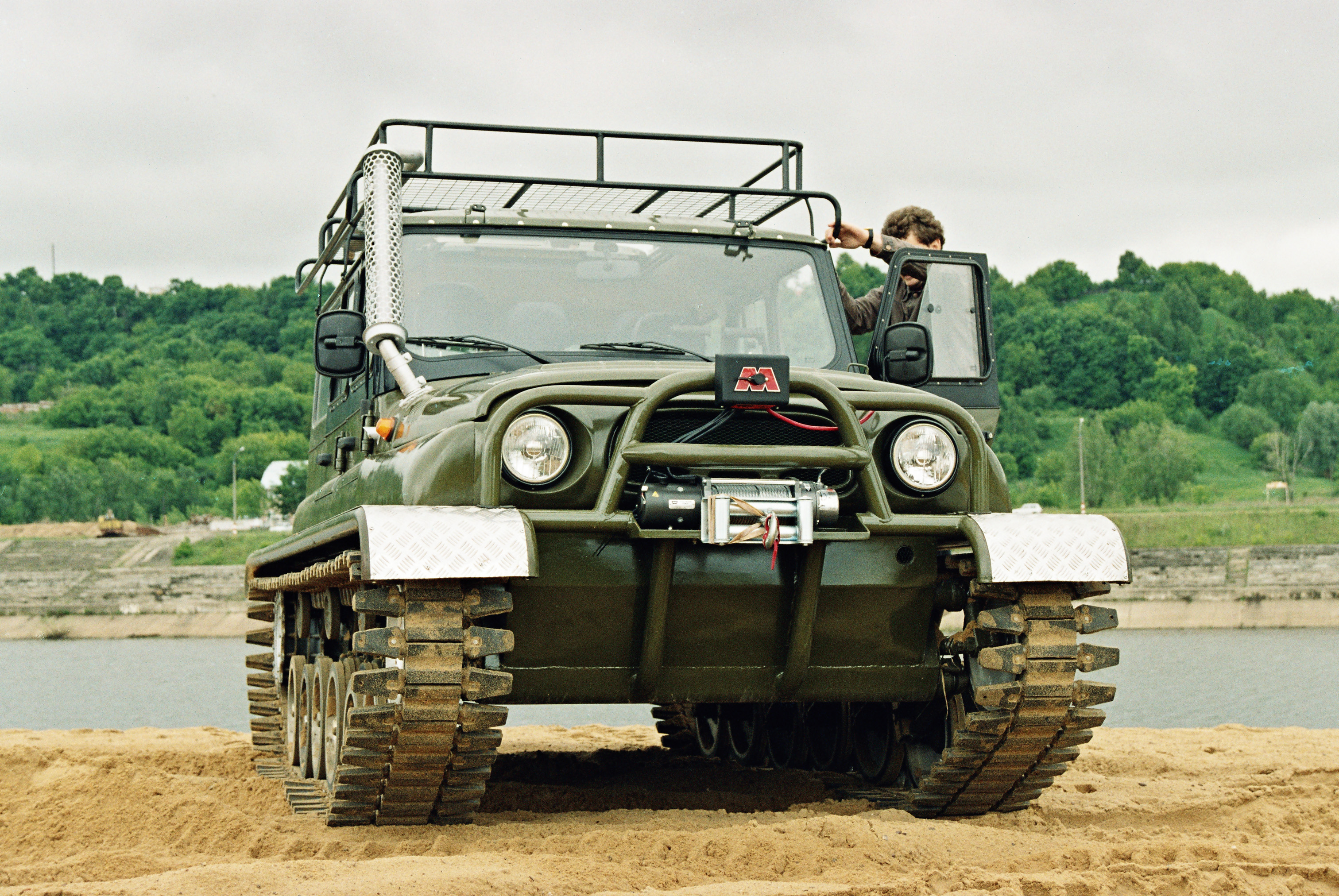 UAZ-Hunter_on_tracks_1
