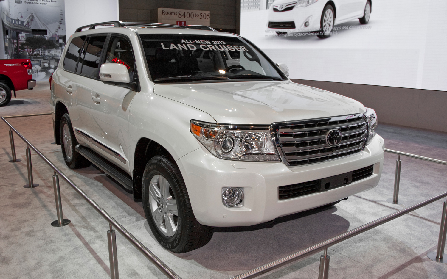 2013-toyota-land-cruiser-front-right-view